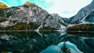 viaggi organizzati in autunno al foliage del lago di braies