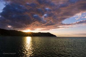 Baia di Portonovo al tramonto nelle Marche