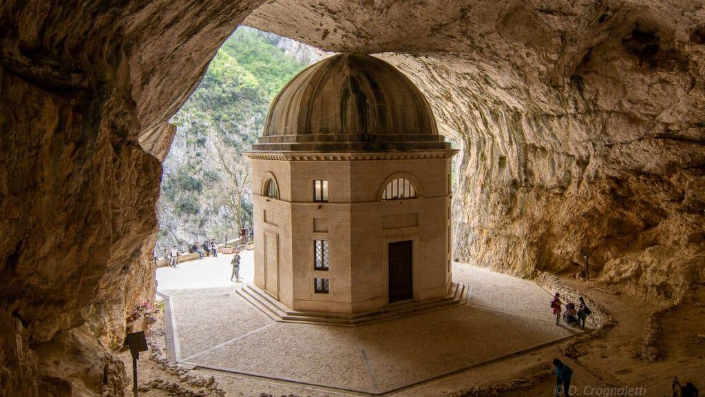 Vacanza organizzata nelle Marche grotte di frasassi